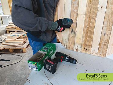 Escal'&Sens - Préparation d'un fauteuil à base de bois de palettes