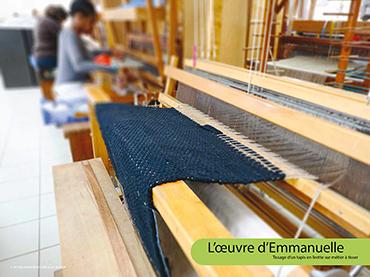 L'œuvre d'Emmanuelle - Tissage d'un tapis en lirette sur métier à tisser