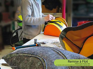 Remise à flot - Finitions sur les sacoches à vélo et coussins créés à partir de protections de lampadaires (premier plan)